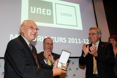 El Rector entrega a Josep Arnau la Medalla de Oro del centro