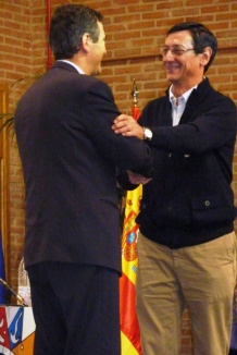 Antonio Román impone la medalla del centro a Ángel Villarino